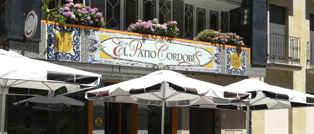 balcón restaurante y sombrillas terraza Patio Cordobés