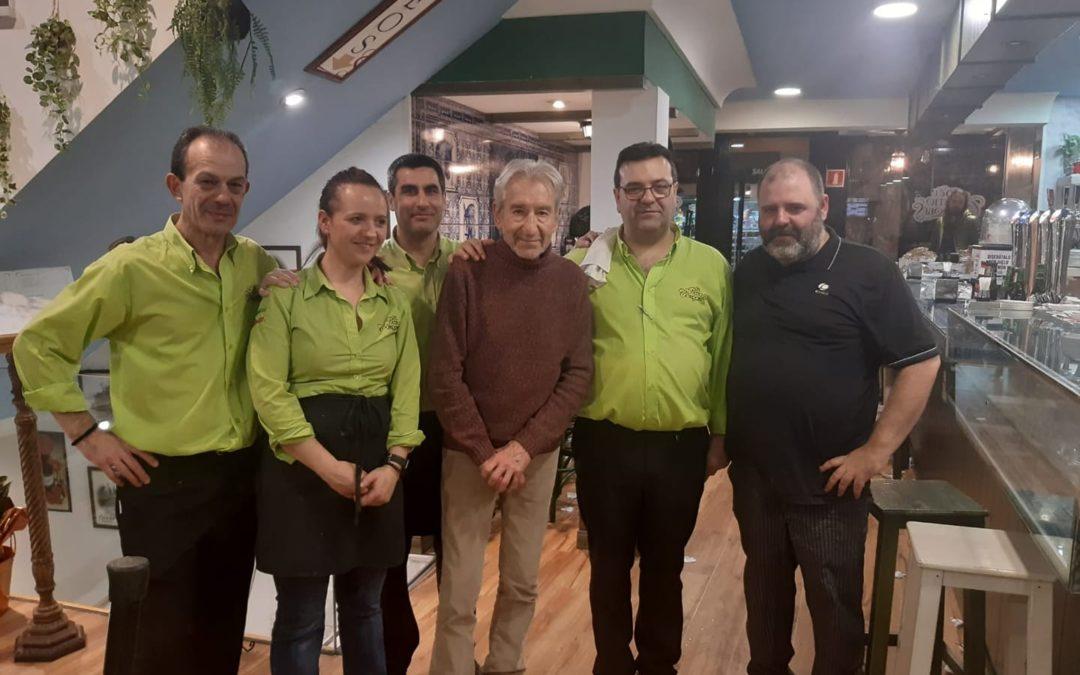 Foto de grupo: José Sacristán con personal del patio Cordobés